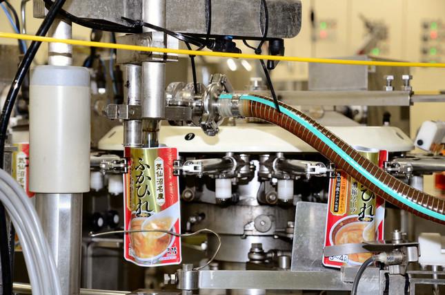 気仙沼ほていの工場では、フカヒレのレトルトパウチのスープを製造