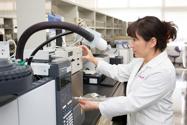 加齢臭のにおい成分を分析する研究者(資生堂提供)