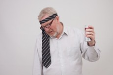 定年後の飲みすぎはこんなに危ない 心の空白を酒で埋める男性と喫煙者