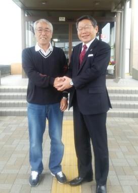 最後の登庁日、笑顔で写る志村知之さん(左)と、渡部尚・東村山市長(写真提供・使用許諾:渡部市長と知之さん)