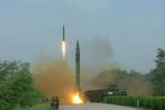 北朝鮮の「労働新聞」に掲載された、弾道ミサイル発射の模様