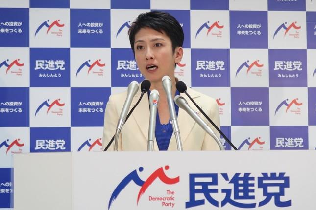 記者会見する民進党の蓮舫代表