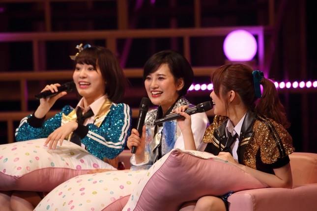 左から宮脇咲良さん、兒玉遥さん、指原莉乃さん