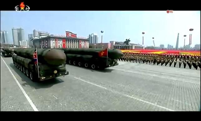 15日、北朝鮮で行われた軍事パレードの様子(朝鮮中央テレビのミラー配信より)