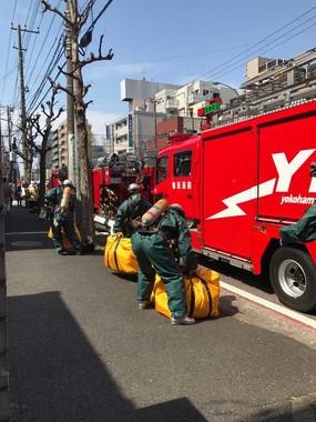 重装備の消防隊が駆けつけ、現場は騒然(たま3(@yamaneco5)さんのツイートより)