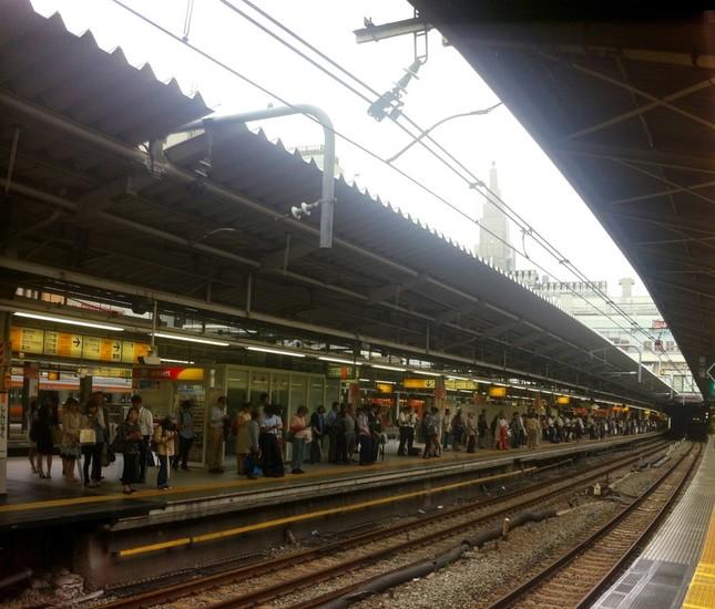 男はどこへ消えたのか…(写真はJR新宿駅ホーム。Wikimedia Commonsより)