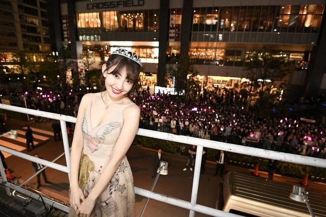 卒業公演終了後にAKB48劇場のバルコニーに立つ小嶋陽菜さん (c)AKS