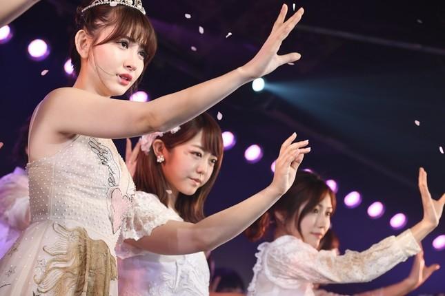 左から小嶋陽菜さん、峯岸みなみさん、渡辺麻友さん (c)AKS