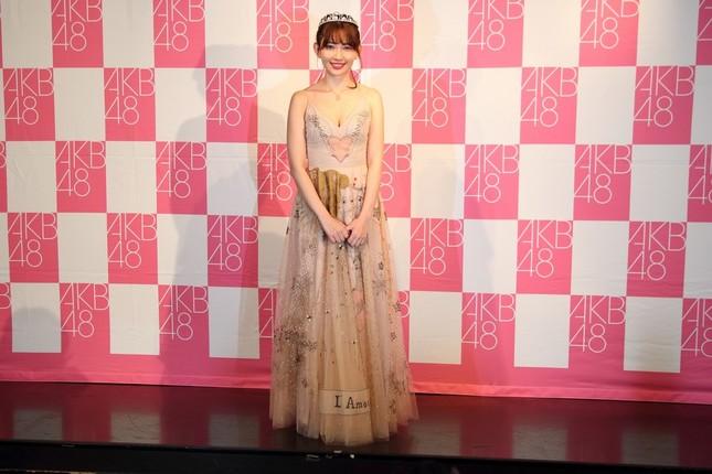 記者会見前に写真撮影に応じる小嶋陽菜さん