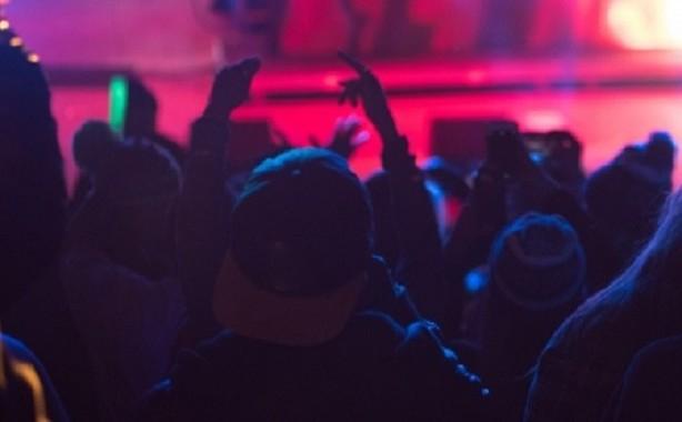 ライブ中のダイブで骨折(写真はイメージです)