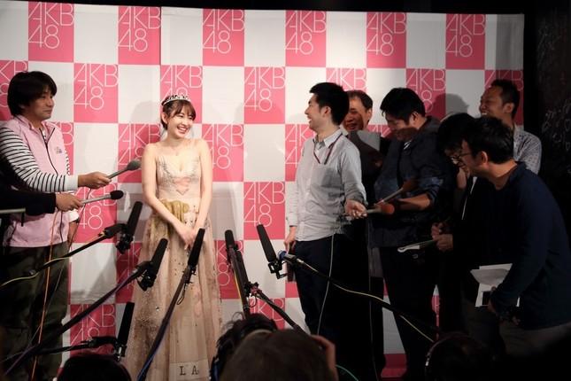 小嶋陽菜さんは、東京スポーツ記者(写真右)の質問に終始笑顔でツッコミを入れていた