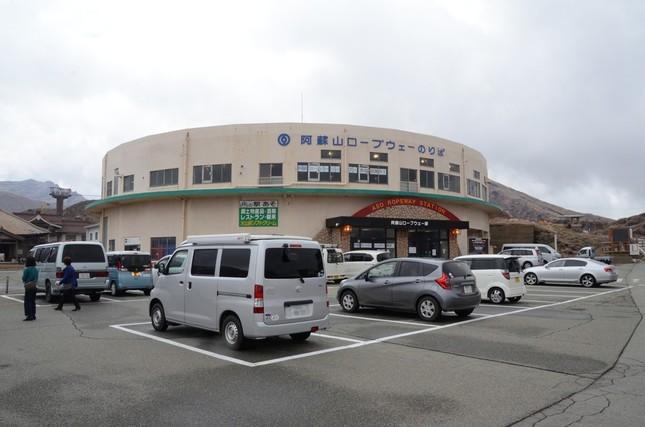阿蘇中岳へ向かうロープウエー駅の駐車場は、満車とはならず(一部加工)