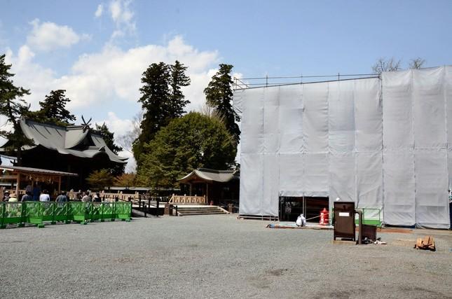 阿蘇神社の楼門はカバーがかけられ、現在再建が進められている