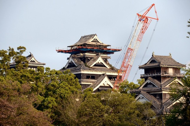 熊本城の天守閣は傷みが激しく、作業用クレーンも見えた