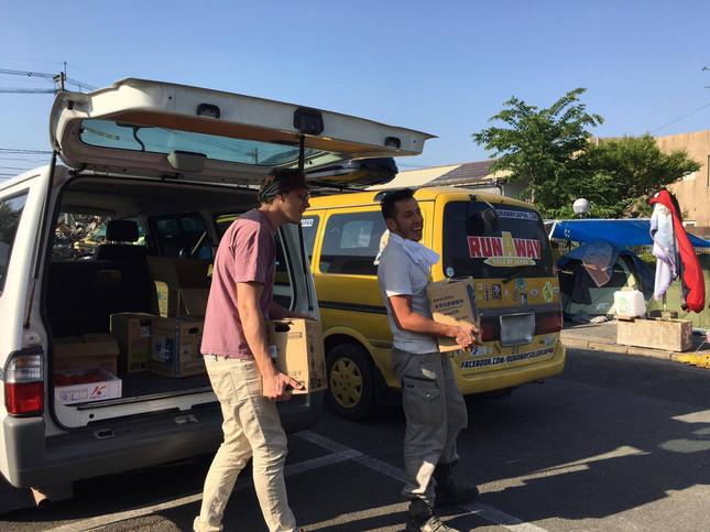 ディーンさんがボランティアチーム「INJM」に物資を届けた(photo by Aki Nagai、一部加工)