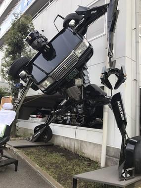 そびえ立つ「ロボットのタクシー」(写真提供:よちぢま(@yotizima)さん)