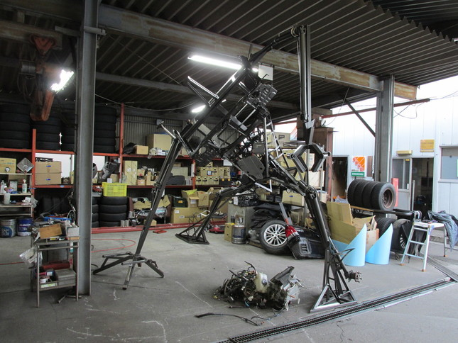 製作過程の1コマ。まだ骨組みの段階(写真提供:三和交通)
