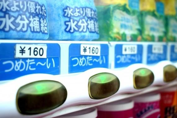 スマホで購入できる自販機が増加している