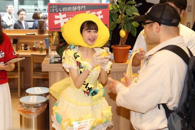 来場者に広島レモンを手渡す「広島レモン大使」市川美織さん