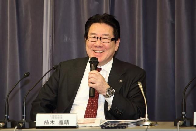 記者会見で笑顔を見せる日本航空(JAL)の植木義晴社長