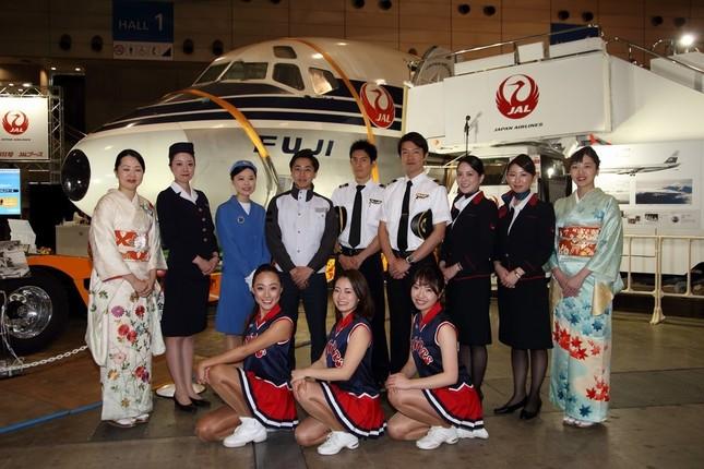 FUJI号が羽田空港の外で展示されるのは初めて。就航時の制服や着物に身を包んだ客室乗務員(CA)が来場者を出迎える