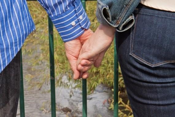 夫婦で手をつなぐのも効果的