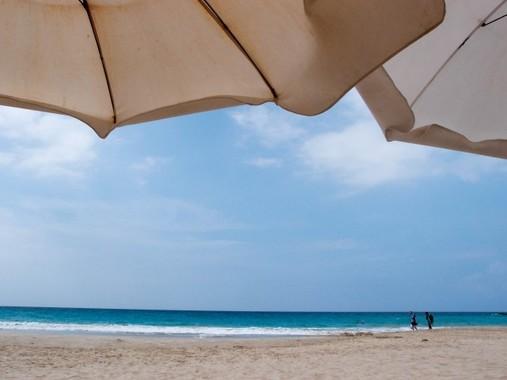 意外に紫外線防御効果が少ないビーチパラソル