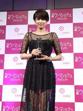 黒のシースルードレスで授賞式にのぞんだ吉瀬さん