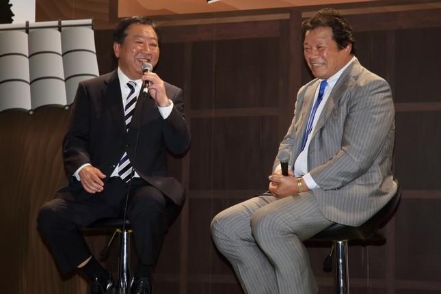 笑顔で対談する民進党の野田佳彦幹事長(左)と藤波辰爾選手(右)