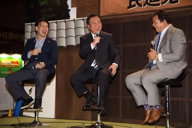 左から大西健介青年局長、野田佳彦幹事長、藤波辰爾選手
