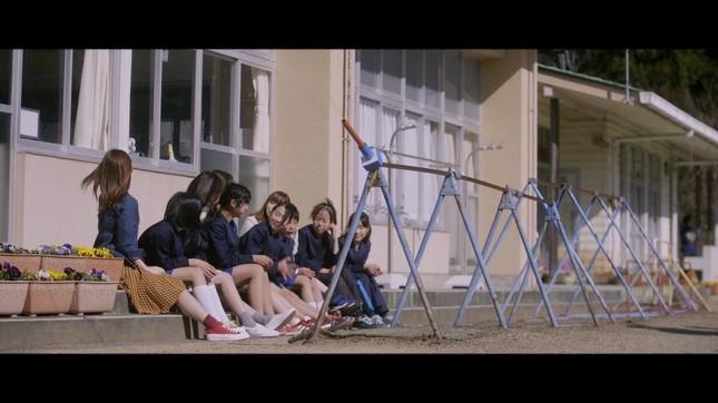 ミュージックビデオは廃校直前の小学校が舞台だ(c)AKS