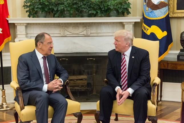 ロシアのラブロフ外相(左)に対する情報漏洩疑惑は深まるばかりだ