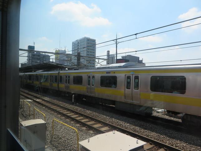 停車中の快速電車から見た、阿佐ヶ谷駅に入る各駅停車(J-CASTニュース撮影)