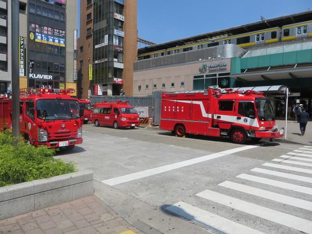 阿佐ヶ谷駅南口には大勢の消防車が(J-CASTニュース撮影)