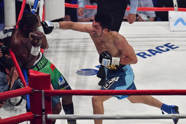 アッサン・エンダム(左)に右ストレートを打ち込む村田諒太(写真:アフロスポーツ)