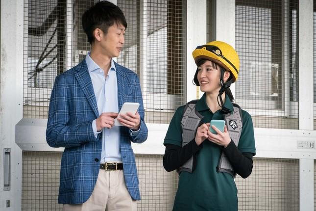 ヘルメットとプロテクターを着用する藤田騎手