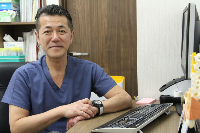 J-CASTニュースの取材に答えた五本木クリニック・桑満おさむ院長