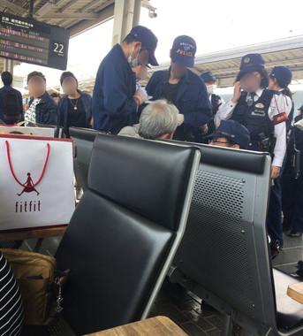 岡山駅で警察に取り囲まれる、逮捕された男と見られる人物(「ゆ」さん提供)