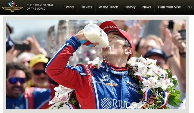 インディ500で優勝し、伝統のミルク一気飲みをする佐藤琢磨(画像はインディ500公式サイトから)