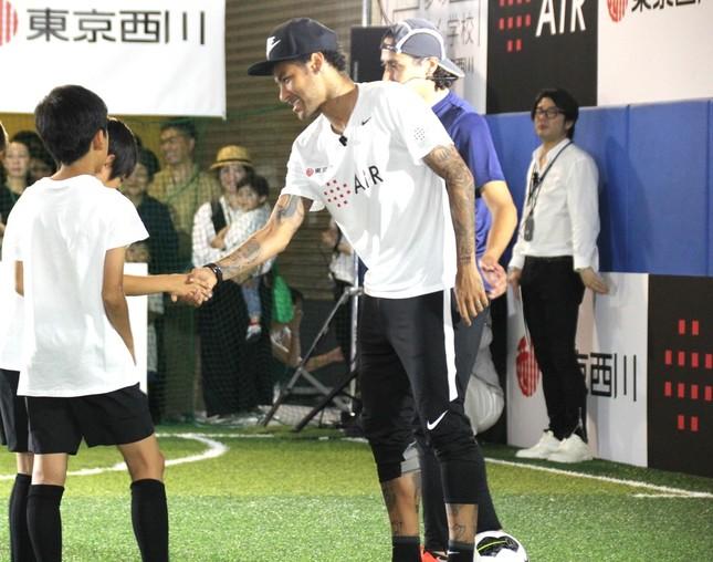 子どもたちと握手するネイマール
