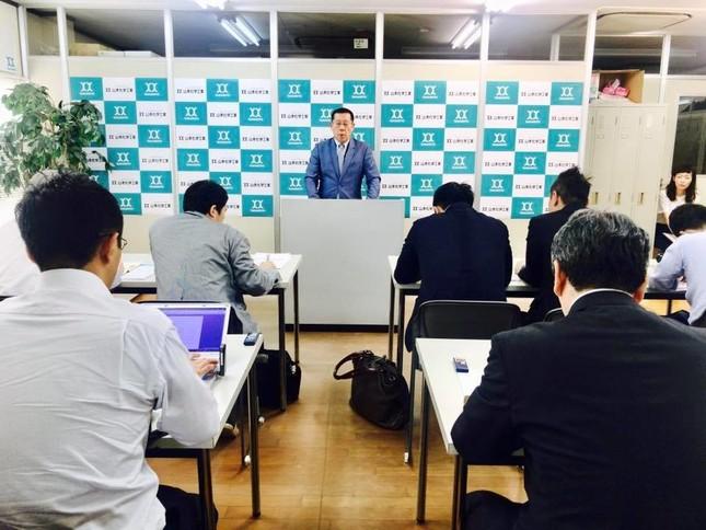 緊急記者会見の様子(大阪・山本化学工業より画像提供)