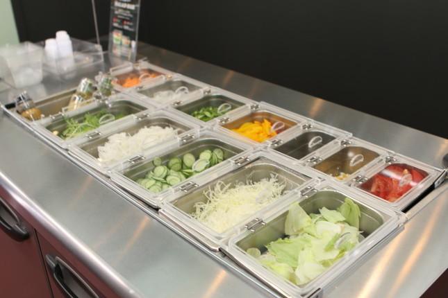 サラダバー。カット野菜を仕入れるのではなく、店で毎日作っている
