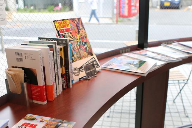 イートインスペースには店内閲覧用として、自社の書籍も置いてある