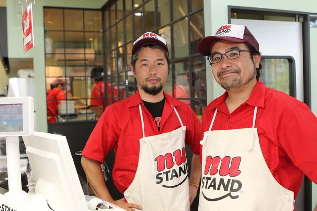 水谷聡男社長(右)と、前田裕司店長(左)