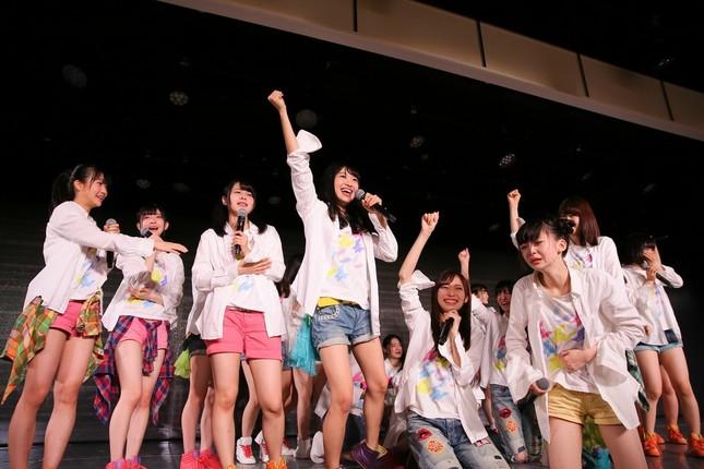 大躍進に沸くNGT48劇場。前列右で放心状態になっているのが荻野由佳さん (c)AKS