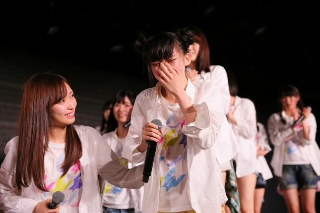 「速報」で1位に選ばれ涙を見せる荻野由佳さん(c)AKS