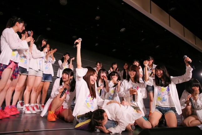 荻野由佳さんは発表を聞いてステージ上に倒れ込んだ(c)AKS