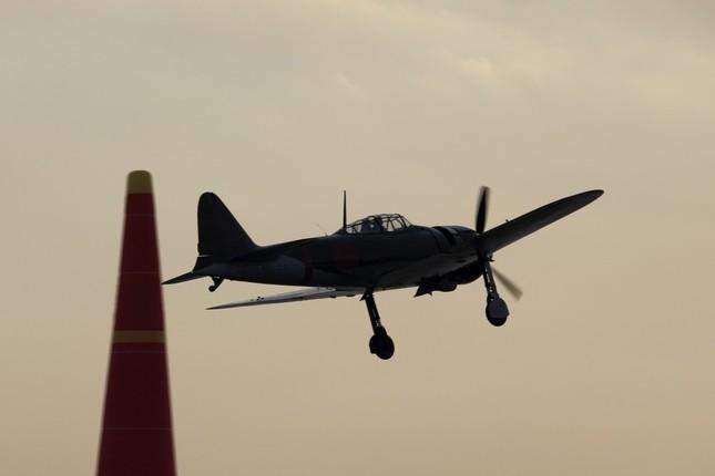 日本人パイロットによる「零戦」の「里帰りフライト」が実現した。後方は「パイロン」と呼ばれるレース用の障害物だ