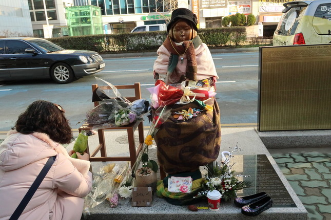 「撲滅」発言は慰安婦合意「再交渉論者」が標的だと受け止められた(写真は釜山の日本総領事館前に設置された慰安婦像)