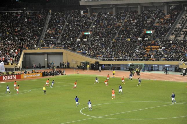 日本・韓国・中国・北朝鮮の4か国共催案が出た(写真はサッカー代表日韓戦。Wikimedia Commonsより。by yoppy)
